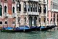 0 Venise, gondoles amarrées à côté du palais Tiepolo sur le Grand Canal.jpg