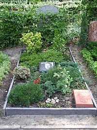 2006-07-24 Friedhof Schoeneberg III Grab Newton.jpg