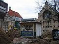 2013 Ausgrabung Alter St. Nikolai-Friedhof Nikolaikapelle Hannover, 62g, Fortführung Baggerarbeiten, Einebnung der Grabungsstelle, Blick auf das alte Pizza-Häuschen.jpg