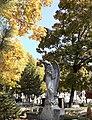 5. Bucuresti, Romania. Cimitirul Bellu Catolic. Ingerul in toamna pe fond de aur. Octombrie 2021. (2).jpg
