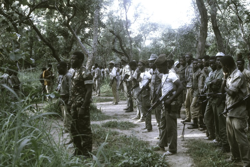 Bestand:ASC Leiden - Coutinho Collection - D 19 - Hermangono, Guinea-Bissau - Morning roll call in Hermangono - 1974.tiff
