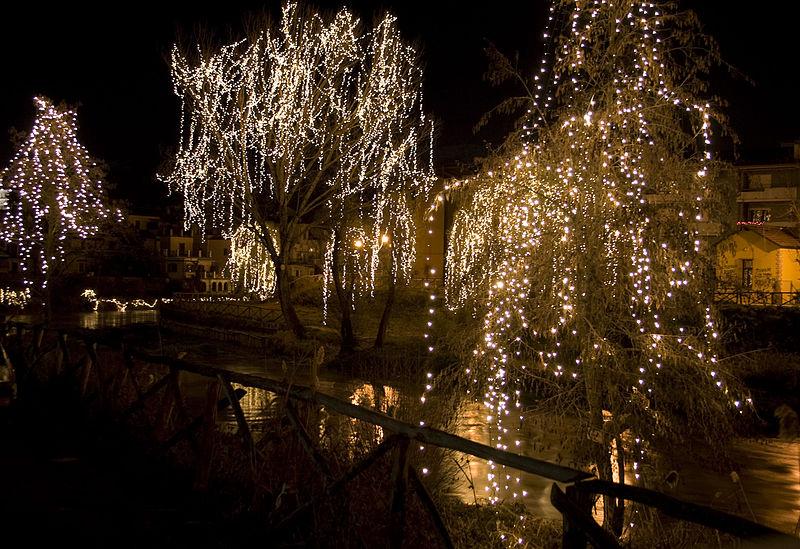 File:Addobbi natalizi a Rieti sul fiume Velino (2128990450).jpg