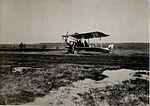 Am Flugplatz Landung des Apparates in Kragla (BildID 15530088).jpg
