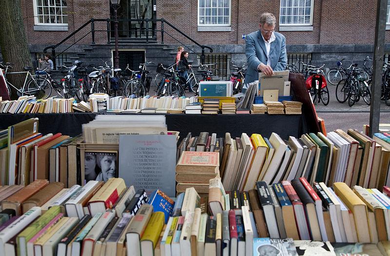 Marché de livres, affiches et cartes au Spui à Amsterdam - Photo de Jorge Royan