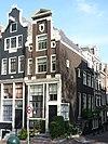 foto van Hoekhuis met pilaster-halsgevel overgebleven van een drieling