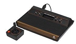 Atari 2600 mit vier Schaltern und Joystick