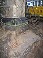 Aushub per Bagger 1m Alter St. Nikolai-Friedhof Nikolaikapelle Hannover, 04 Knochenreste durch Bauhistoriker Sid Auffarth plaziert.jpg