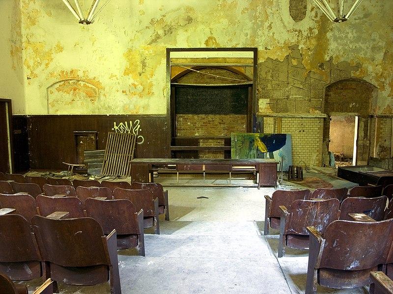 File:Beelitz 6 Auditorium.jpg