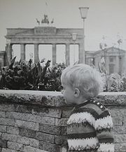 """From the East-Side 1968 the """"Baby Wall"""" with flowers was the nearest point for visitors."""