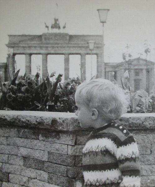 Berlin, bébifal a fal keleti oldalán a Brandenburgi kapunál. Ha mögé mentél, lőttek rád. (Szabó Tamás képe)