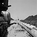 Bevloeiingsproject in de Negevwoestijn Buizen worden met een dragline in een gr, Bestanddeelnr 255-4775.jpg