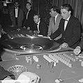 Bezoekers terwijl ze roulette spelen, Bestanddeelnr 918-3443.jpg