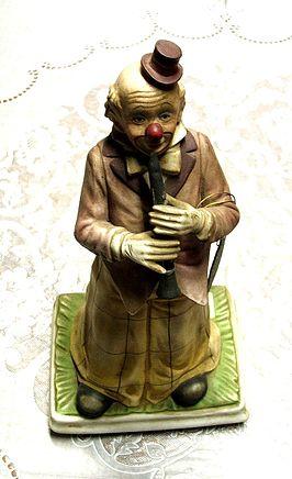 Statuetta di un pagliaccio in ceramica