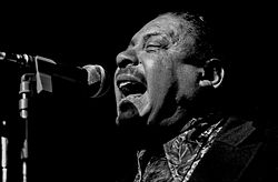 Big Joe Turner mientres una actuación en Hamburgo (1973).