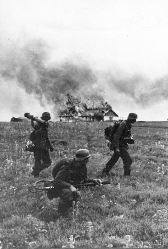 Bundesarchiv Bild 146-1974-099-19, Russland, Angriff auf ein Dorf