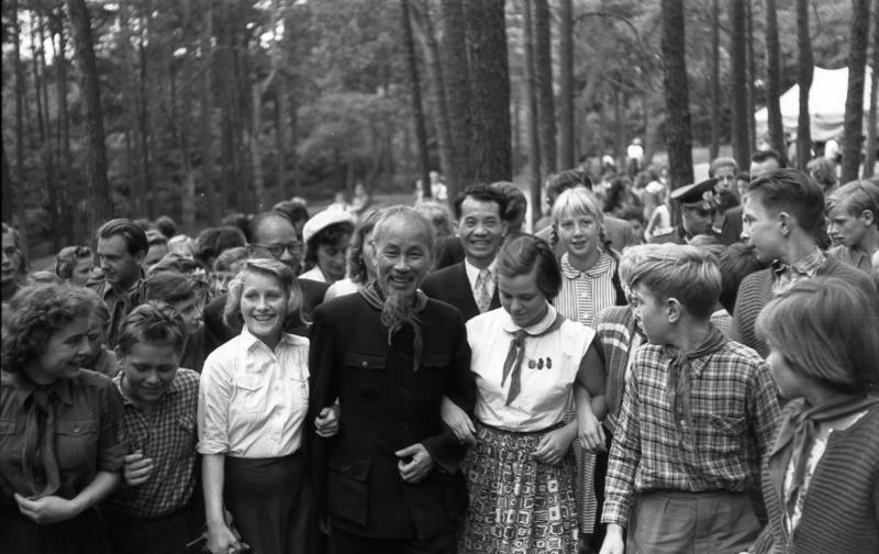Bundesarchiv Bild 183-48550-0036, Besuch Ho Chi Minhs bei Pionieren, bei Berlin