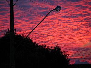 Português: Céu rosa com nuvens um pouco antes ...