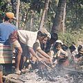 COLLECTIE TROPENMUSEUM Familieleden verzamelen de as van een gecremeerde overledene TMnr 20018463.jpg