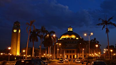 جامعة القاهرة وقت الغروب.