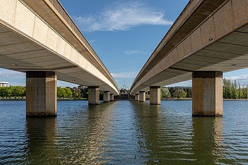 Мост Авеню Содружества через озеро Берли-Гриффин в Канберре, Австралия