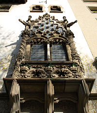 Tribuna con ornamentación