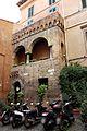 Casa medievale del vicolo dell'atleta, xiii-xiv secolo, con colonna da una sinagoga dell'antica roma 01.jpg