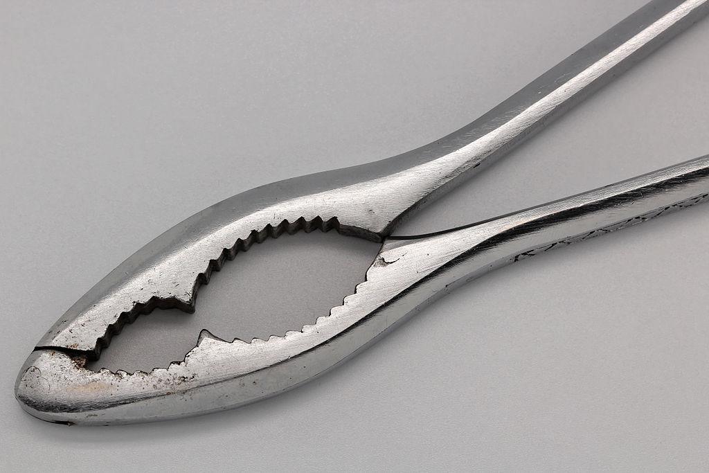 Thép inox thường được dùng cho các đồ vật chịu ăn mòn như cái kẹp này.