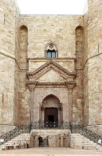 Castel del Monte, Apulia - Image: Castel del monte, esterno, portale principale 00