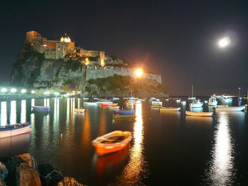 File:Castello Aragonese di notte.JPG