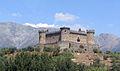 Castillo de Mombeltrán con montañas.jpg