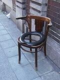 Charleroi - chaise percée perdue en rue.jpg