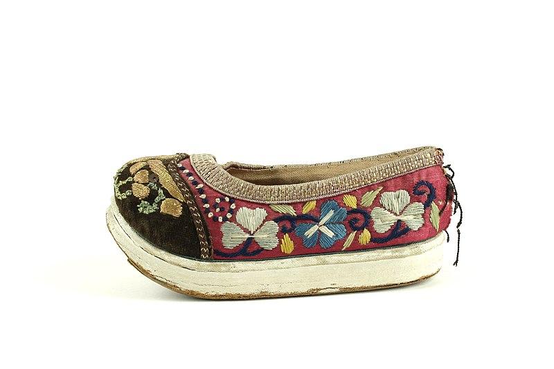 File:Chinese child shoe1.JPG
