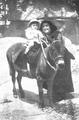 Consuelo Mayendía e hijo 1914.png