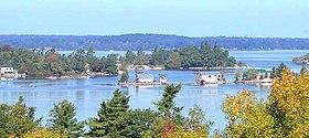 Vue panoramique de plusieurs des mille îles du fleuve Saint-Laurent prise depuis l'état de New York vers la province de l'Ontario.