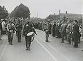 De commandant van een detachement Nederlandse militairen meldt zich bij de comma – F40818 – KNBLO.jpg