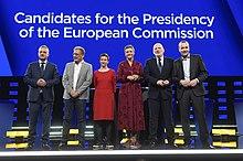 Kandidatene som står på scenen