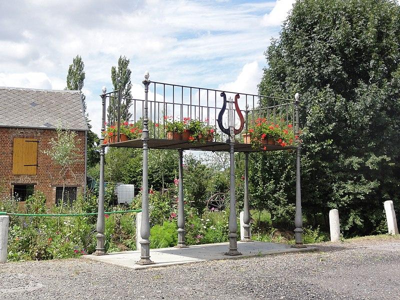 Dimechaux (Nord, Fr) la Place avec calvaire et kiosque à musique