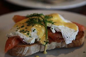 English: Eggs Benedict with smoked salmon from...