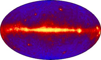 Χάρτης της κοσμικής ακτινοβολίαςΓ, ενέργειας άνω των 100MeV. Ο γαλαξίας παρουσιάζεται σαν φωτεινή ζώνη, με το κέντρο του στην μέση.