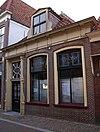 foto van Laag woonhuis met rechte kroonlijst, dakkapel, omlijste deurpartij, midden