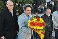 Erdmut Wizisla, Eduardo Jozami i Manuel Reyes Mate fan una ofrena floral a la tomba de Walter Benjamin.jpg