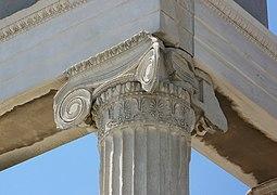Capitel de esquina con voluta diagonal, mostrando también detalles del estriado separados por filetes.