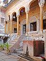 Escalier dentrée (Sneh Ram Ladias Haveli, Mandawa) (8430184798).jpg