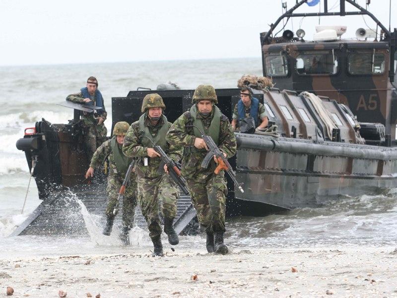Exercitiu de debarcare a infanteristilor marini pe plaja de la Vadu