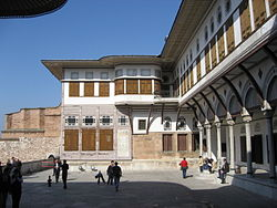 Favourites courtyard Topkapi March 2008.JPG