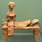 Figurina di donna seduta su letto funebre, da tomba a inumazione di marmaro T78, V sec ac..JPG