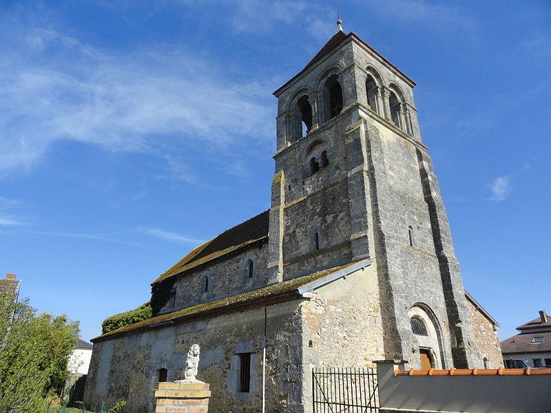 Côté nord de l'église Saint-Thibault de Flavigny (51).