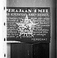 Foto van een poster met een afbeelding van hamer en sikkel en de tekst Perajaa, Bestanddeelnr 8350.jpg