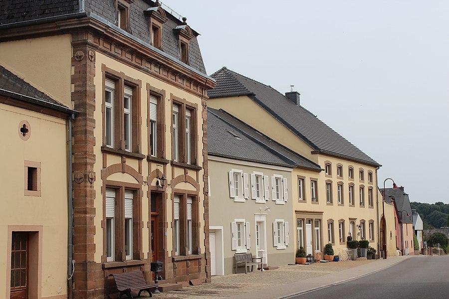 Haiser op Nummer 8, 10 an 12 an der Mierscher Strooss zu Groussbus; zënter dem 3 .September 2009 op d'Lëscht vum Zousaz-Inventaire vun den nationale Monumenter agedroen.