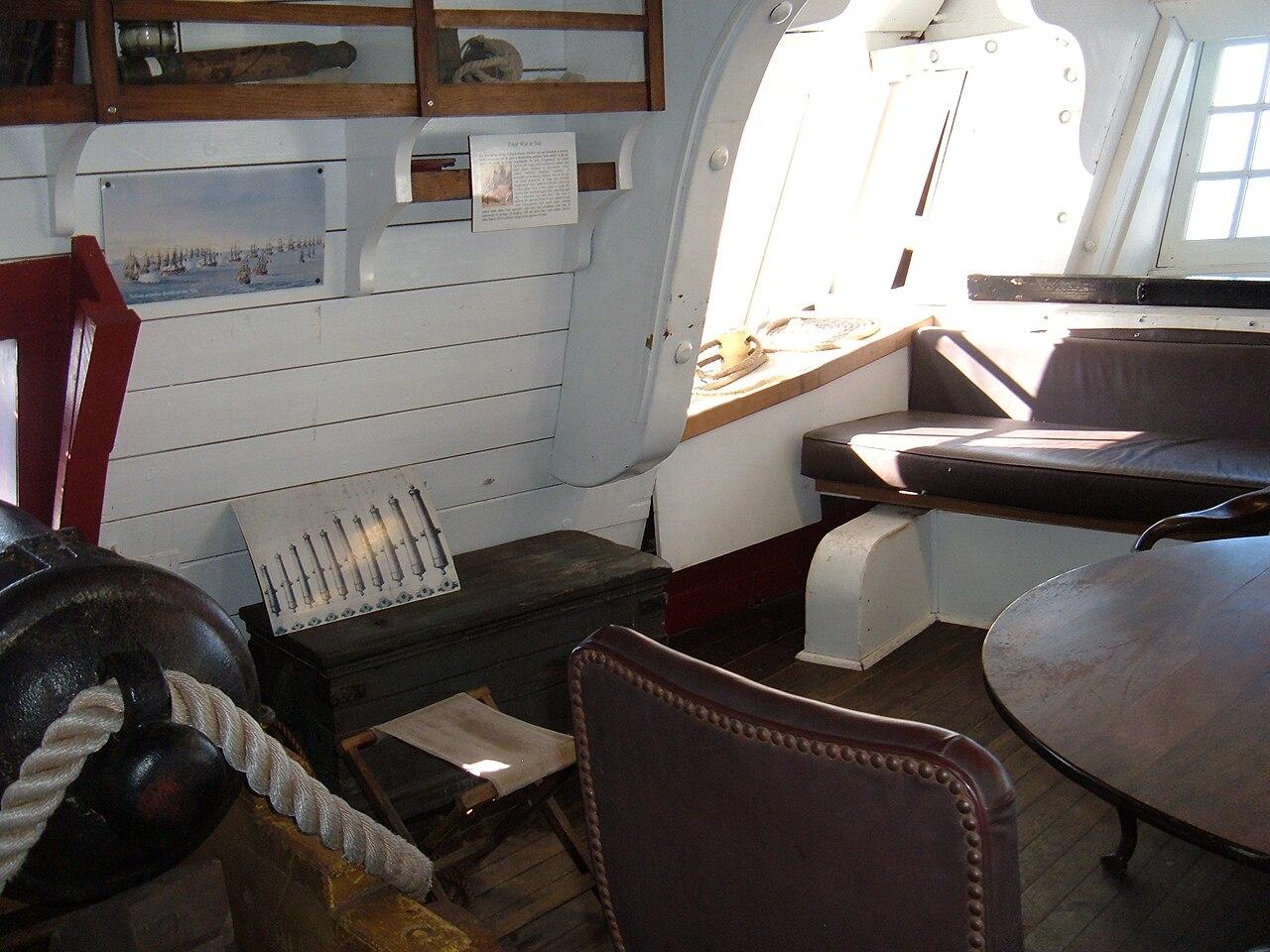 Archivo hms surprise replica ship captain 39 s cabin 2 jpg for Captain s cabin